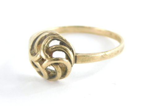 A 9ct gold knot ring, the central Celtic knot on a plain band, ring size N½, 1.7g.
