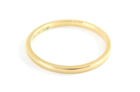 An 18ct gold thin wedding band, ring size R, 2g.