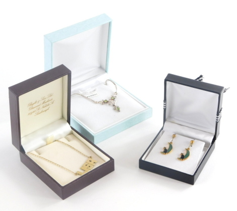 A group of jewellery, to include a Lisa pendant, on fine link chain marked 375, the Lisa unmarked 2.8g all in, a pair of enamel cat earrings and a silver dress necklace. (3)