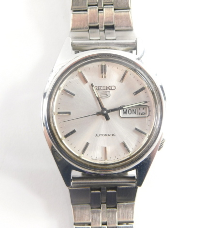 A Seiko stainless steel gentleman's wristwatch, with date aperture, on stainless steel bracelet, boxed.