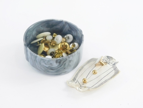 A group of gentleman's jewellery, to include a mother of pearl and yellow metal set collar stud, various others, collar studs, part cuff links, etc., some yellow metal, and others gold plated, 5.7g. (a quantity)