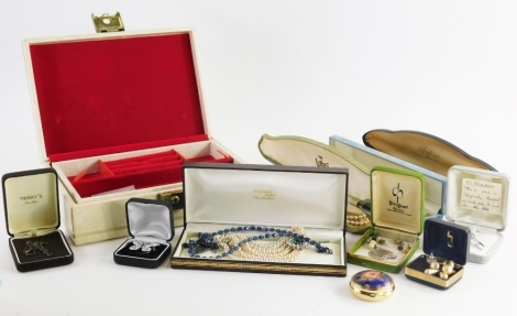 Various jewellery and effects, a cream faux leather jewellery box, modern faux pearl necklaces butterfly brooch etc. (1 box)